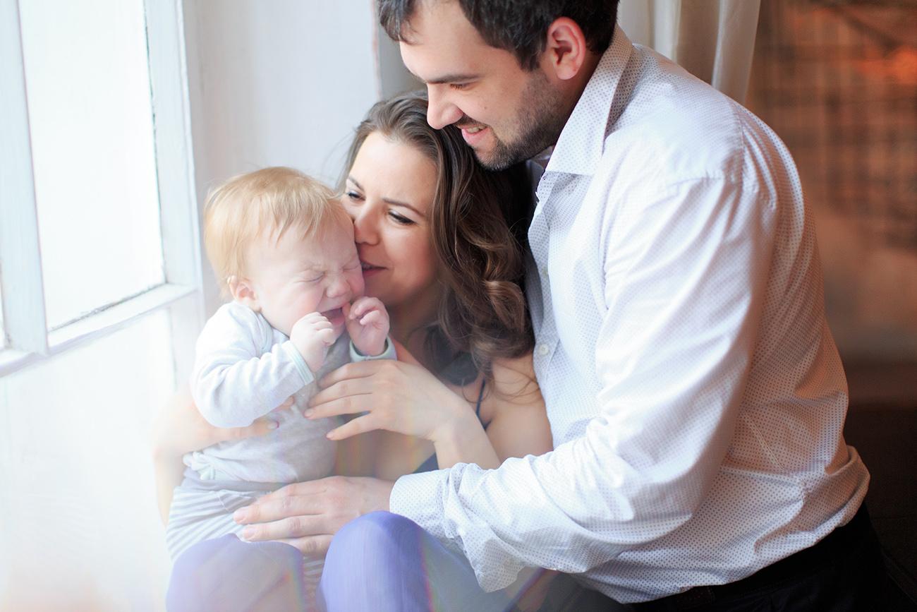 От трех недель до трех месяцев едва ли не главной причиной крика ребенка являются колики