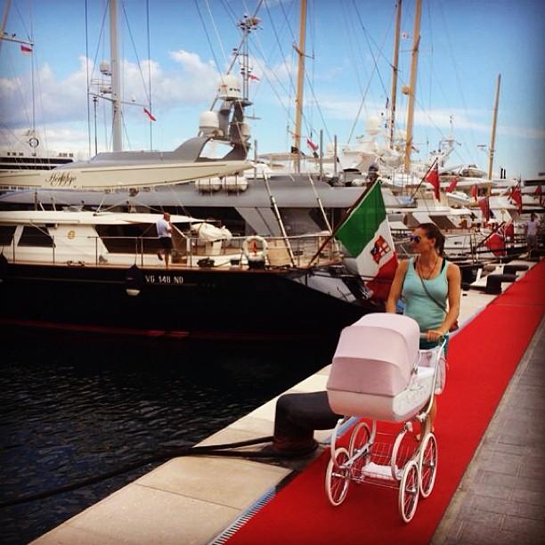 Елена Исинбаева с ребенком на прогулке