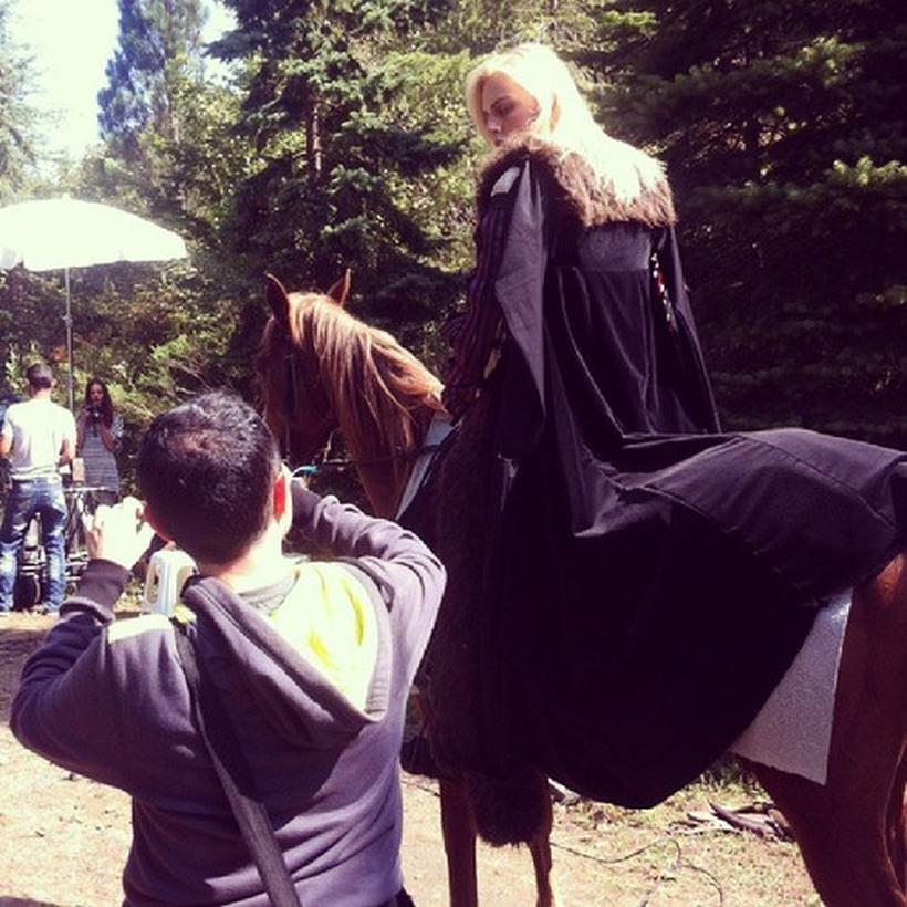 Во время съемок сериала Андрей упал с лошади и повредил руку