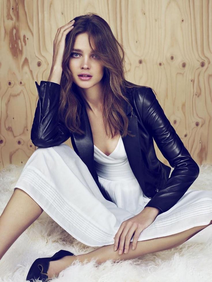 Модель Наталья Водянова продемонстрировала, как можно сочетать кожаную куртку с легким платьем