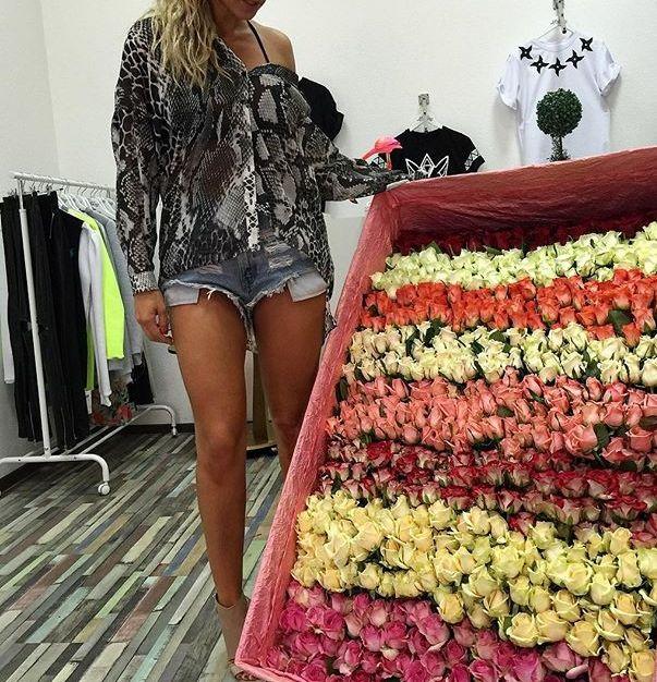 Анна Седокова получила два миллиона роз от поклонника
