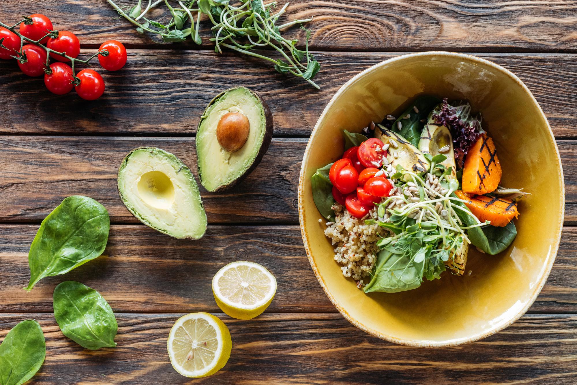 Салаты на Новый год: Рецепт с курицей и авокадо