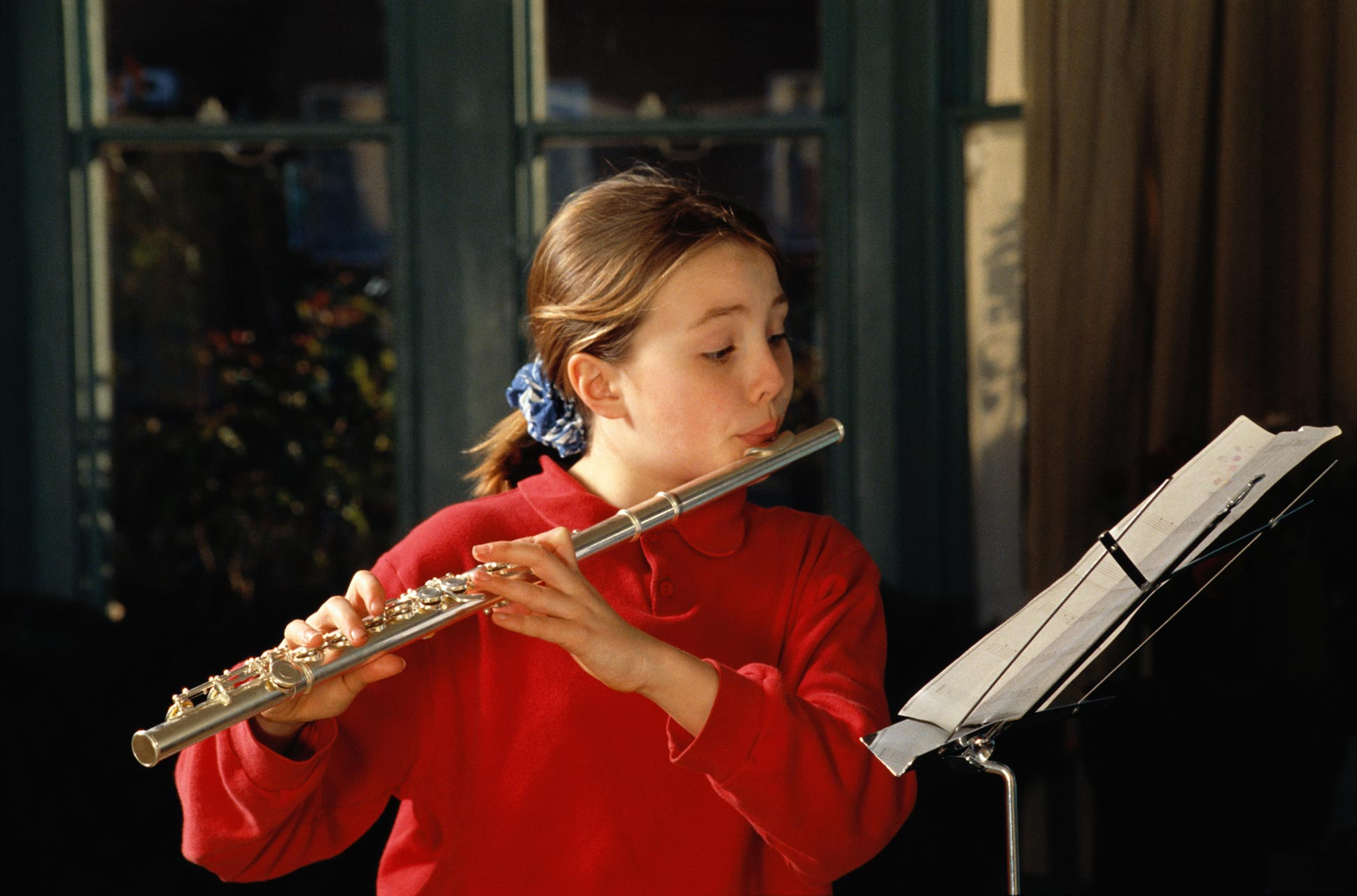 Регулярные музыкальные занятия помогают малышу развивать оба полушария