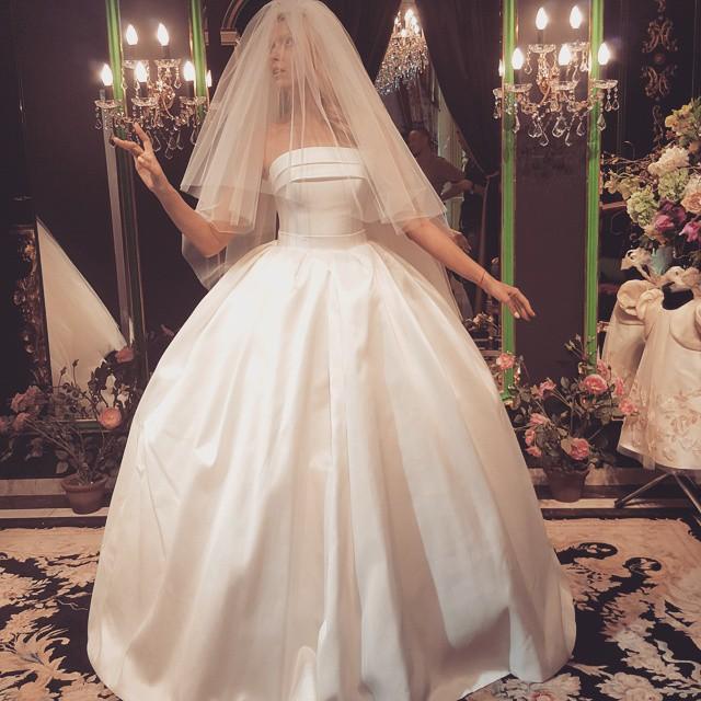 Оля Полякова примерила свадебный наряд
