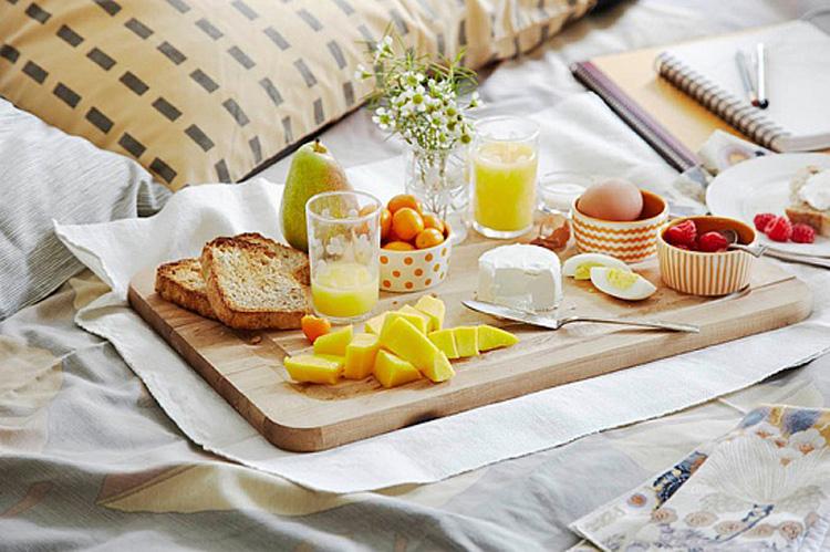 Завтрак в постель станет отличным дополнением основного подарка