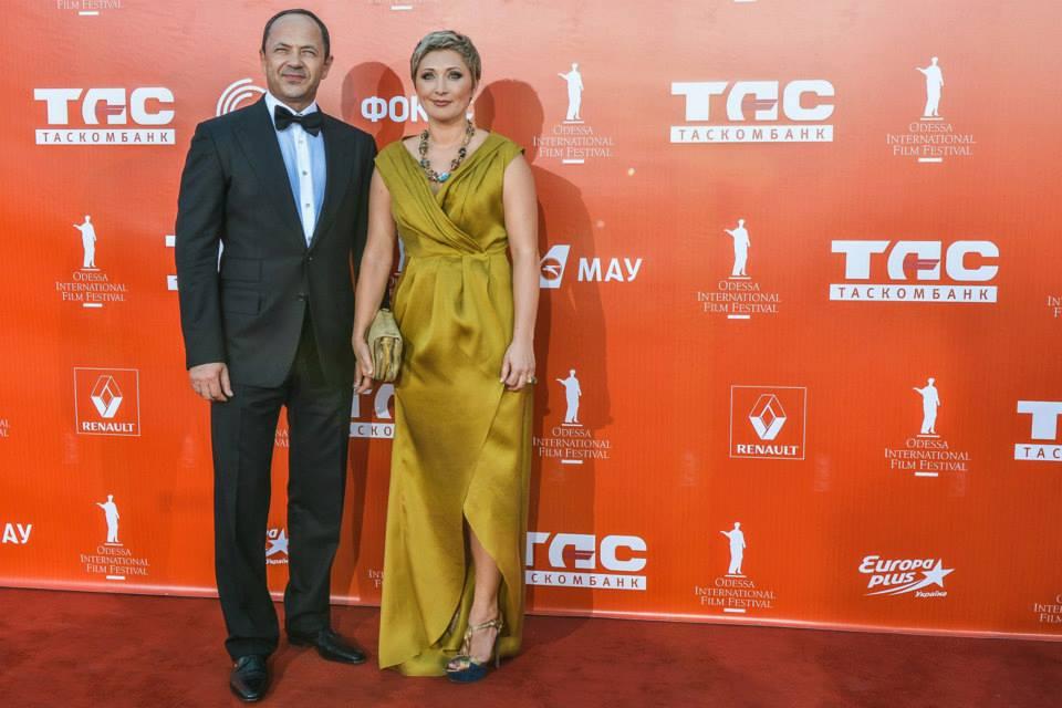 Президент ОМКФ Виктория Тигипко в платье KAMENSKAYAKONONOVA с мужем Сергеем Тигипко