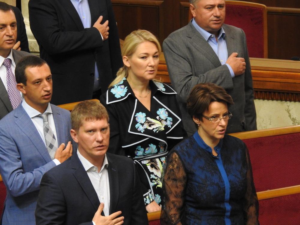 Нардеп Ионова (по середине) поет гимн в платье от Магдыч, фото: Изым Каумбаев,