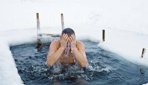 Купание на Крещение в коронавирус: врач рассказал, как не навредить организму
