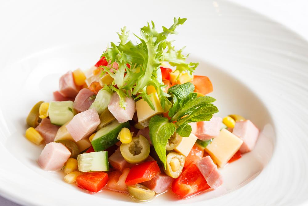 рецепт салатов с ветчиной или колбасой
