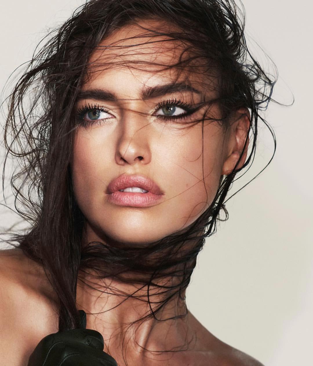 Это красиво: Ирина Шейк появилась на обложке глянца в неожиданном образе