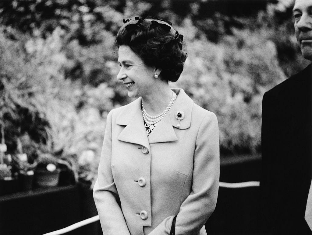 Смотреть ТОП-10 самых необычных шляпок Ее Величества, королевы Елизаветы II видео