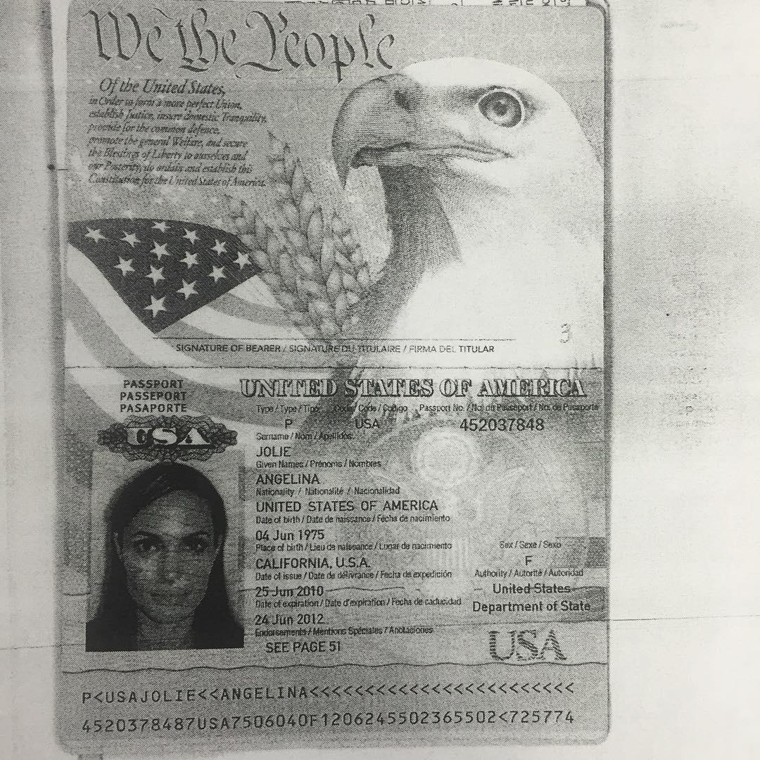 Копия паспорта Анджелины Джоли попала в Сеть