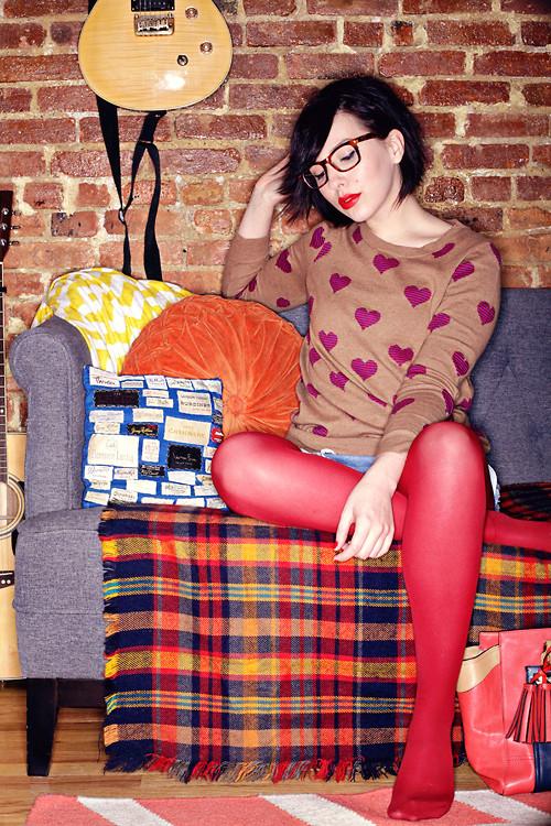 Порадуй себя ярким свитером с сердечками, пусть даже твоя вторая половинка еще не нашлась