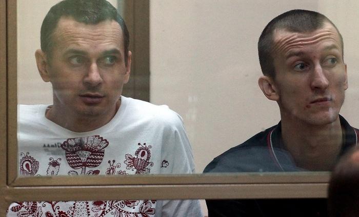 Сенцов (слева) и Кольченко в суде