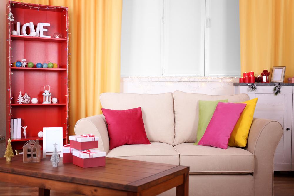 Комната с яркими предметами декора