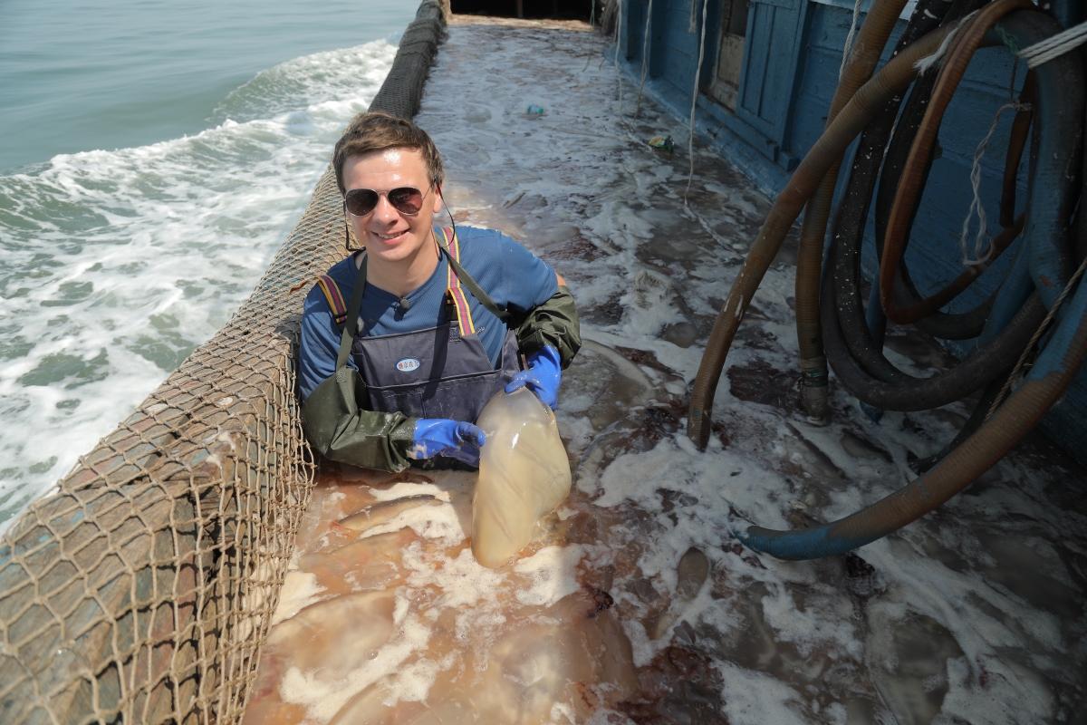 Дмитрий Комаров в Китае познакомится с охотниками за медузами и попробует необычный деликатес