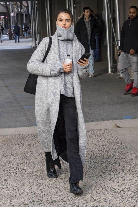 Серый свитер в сочетании с пальто