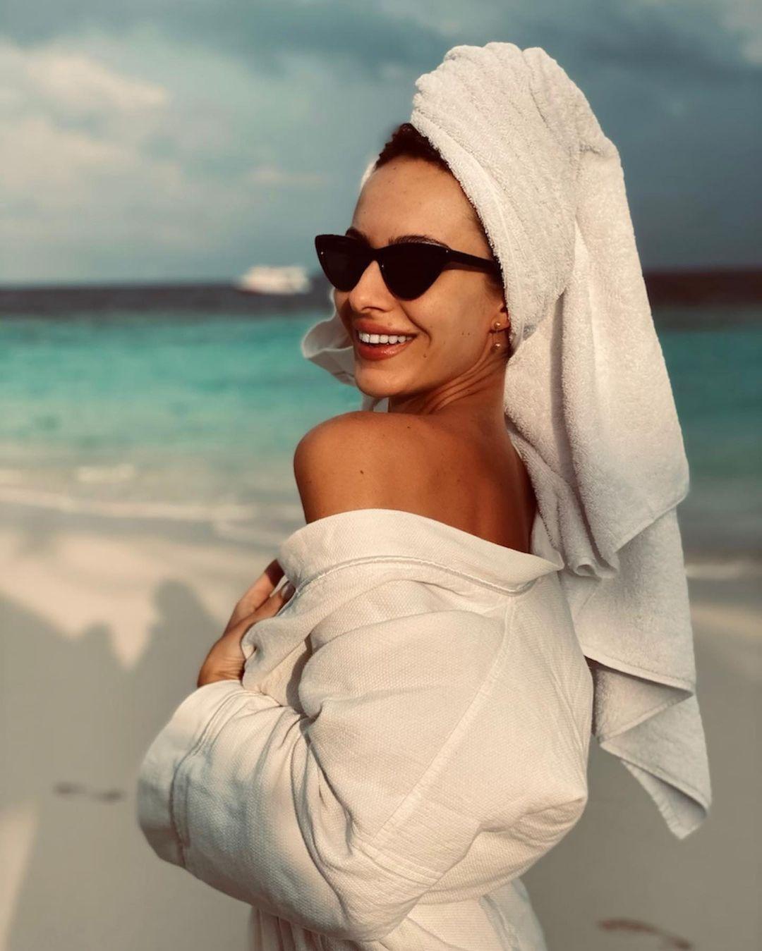 Жена Остапчука засветила стройные ножки на пляже