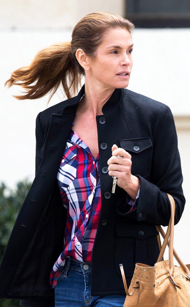 49-летняя супермодель Синди Кроуфорд предпочитает легкий макияж в натуральной гамме