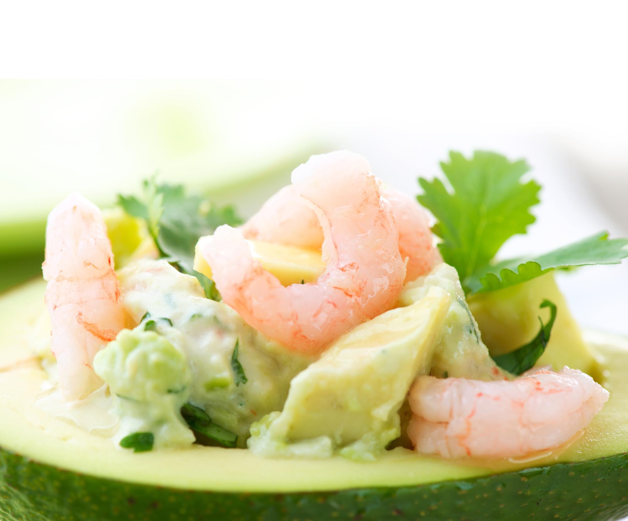 Летнее меню: средиземноморский салат с авокадо и креветками