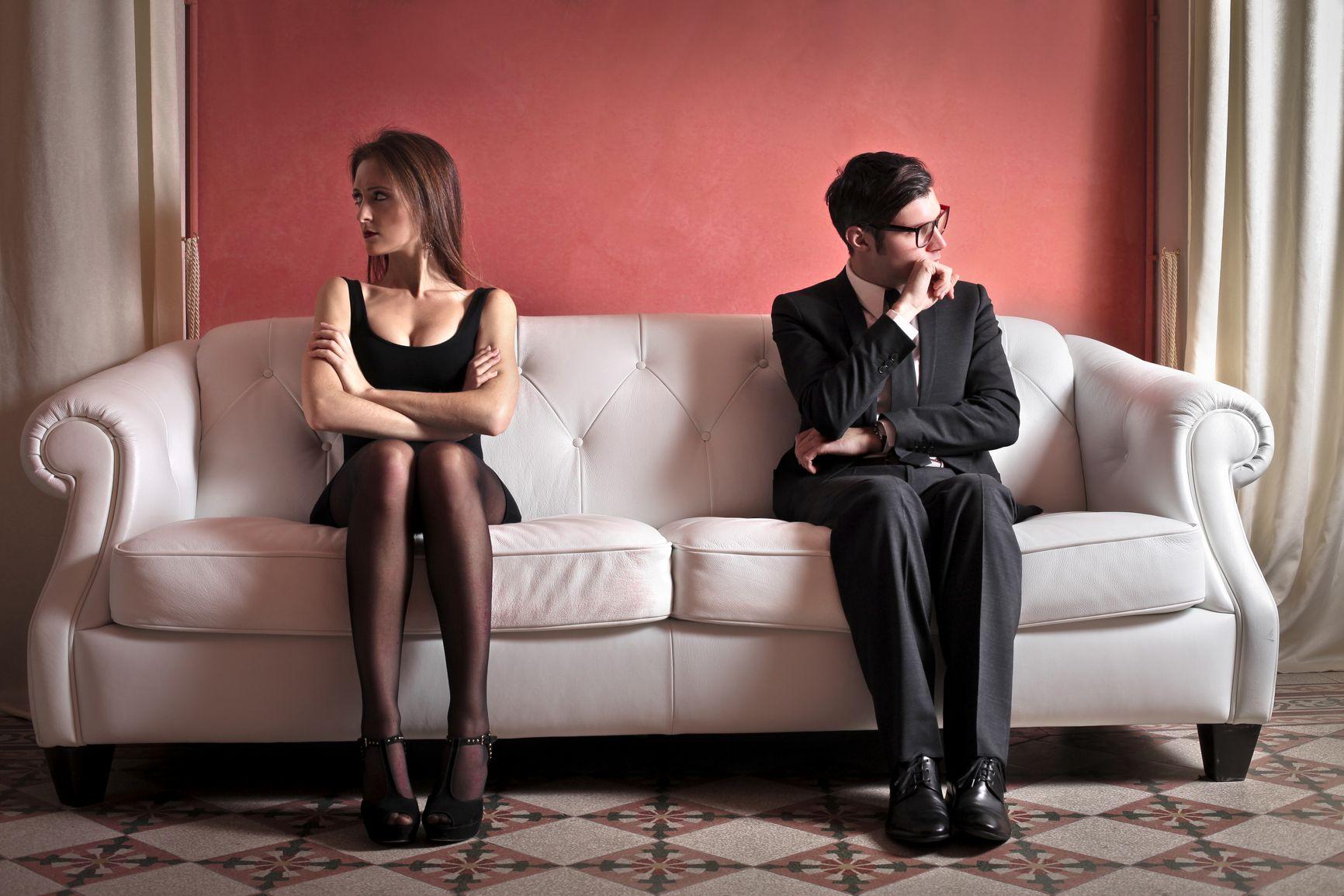 Фото девушка сидит на лице парня