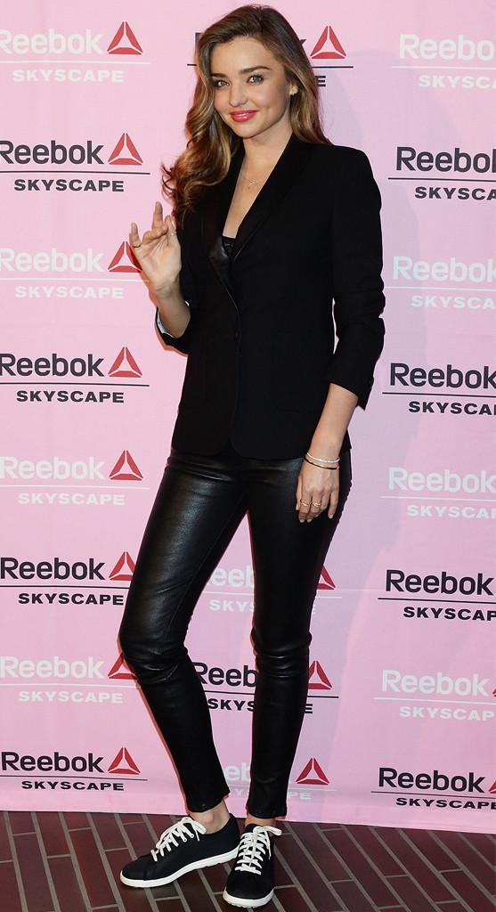 Модель Миранда Керр выглядит стильно и органично в черном
