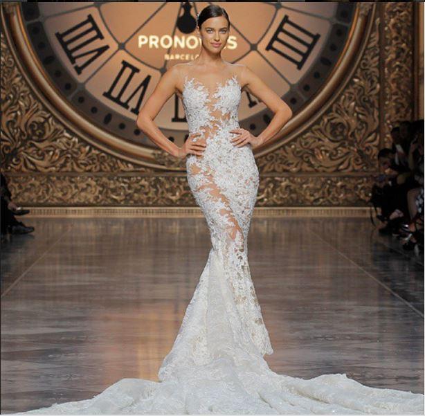 Ирина Шейк примерила свадебное платье на показе Pronovias
