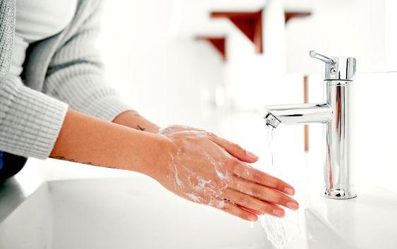 Тщательно очищаем руки