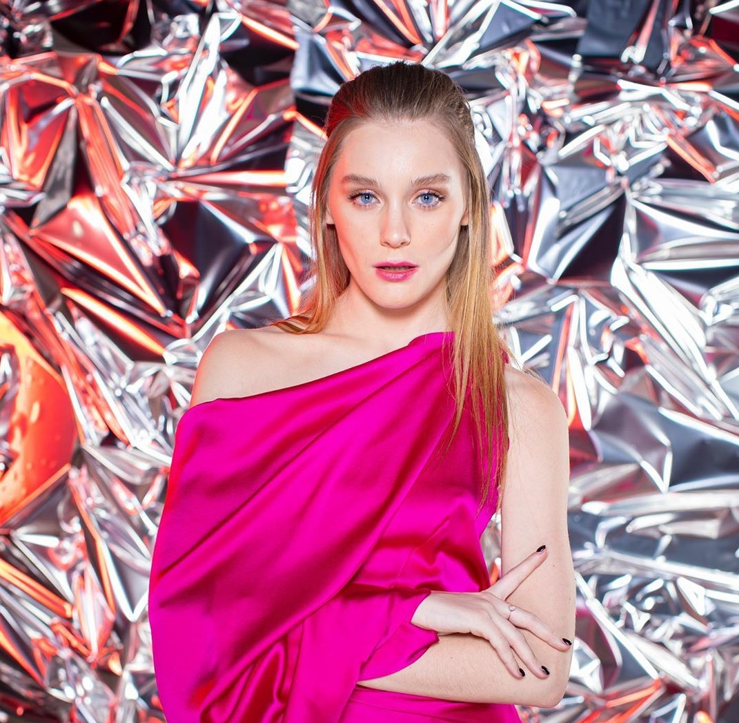 В прозрачном платье и бабочках: Модель, участница