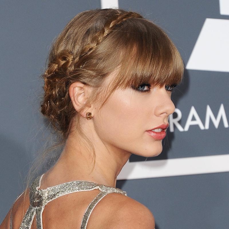 Певица Тейлор Свифт с шикарной укладкой из косичек