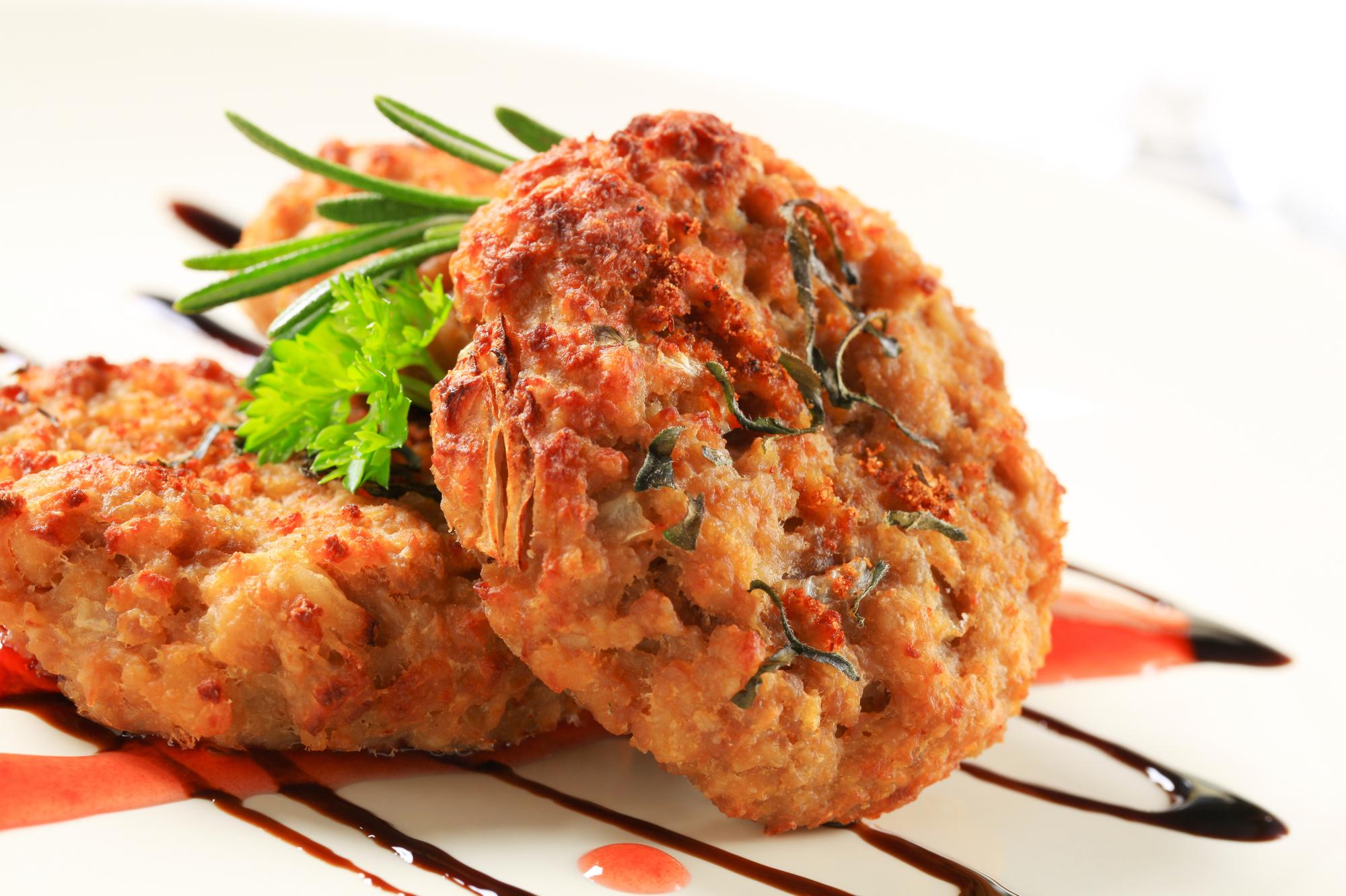 Пальчики оближешь: луковые котлеты в томатном соусе