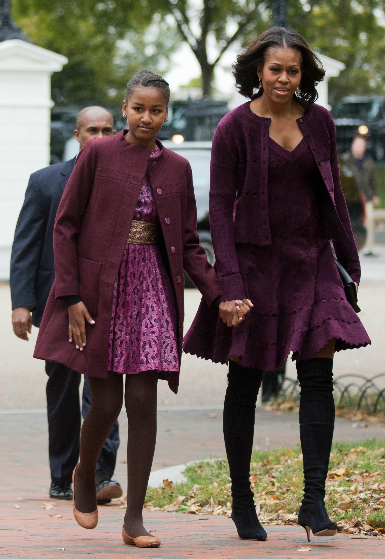 Первая леди США Мишель Обама и ее младшая дочь Саша для похода в церковь выбрали наряды бордовых оттенков