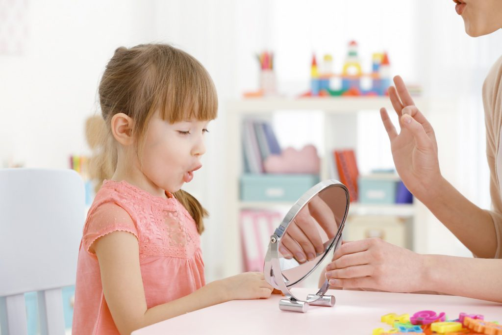 Родители должны контролировать  процесс, а также прилагать усилия и стимулировать ребенка заговорить