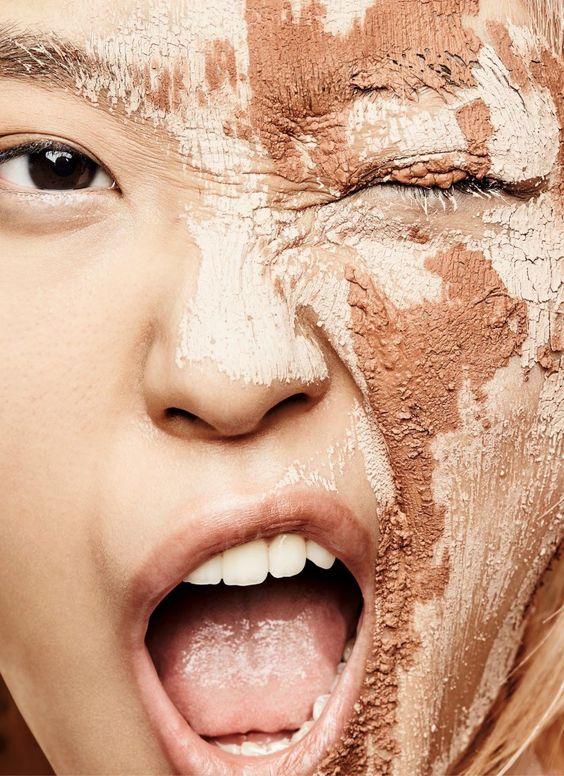 Процесс нанесения тонального средства на комбинированную кожу
