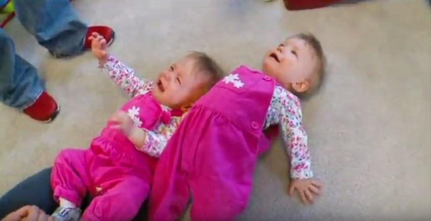 Малышки появились на свет, держась за руки