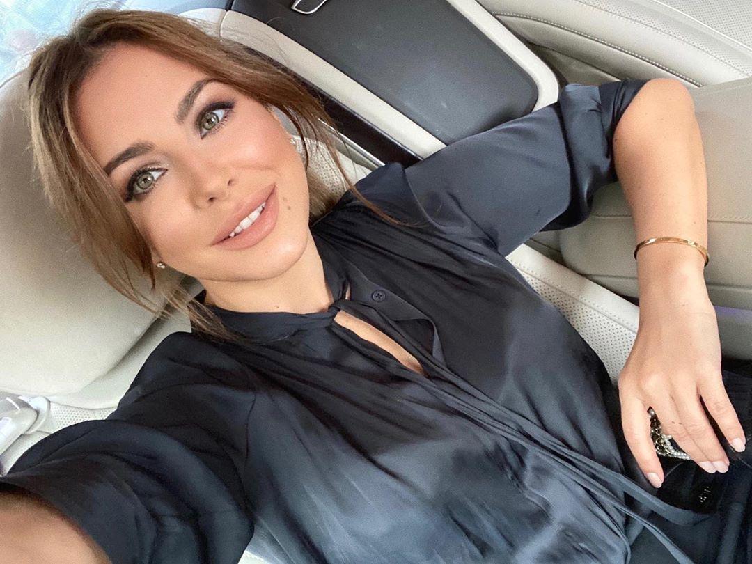 Ани Лорак засветила грудь в эффектном наряде