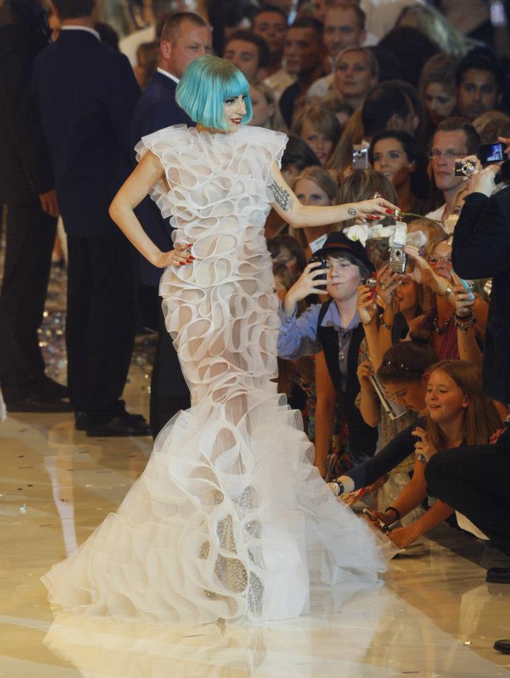 Lady Gaga  в наряде Lever Couture дизайнера Леси Верлингьери