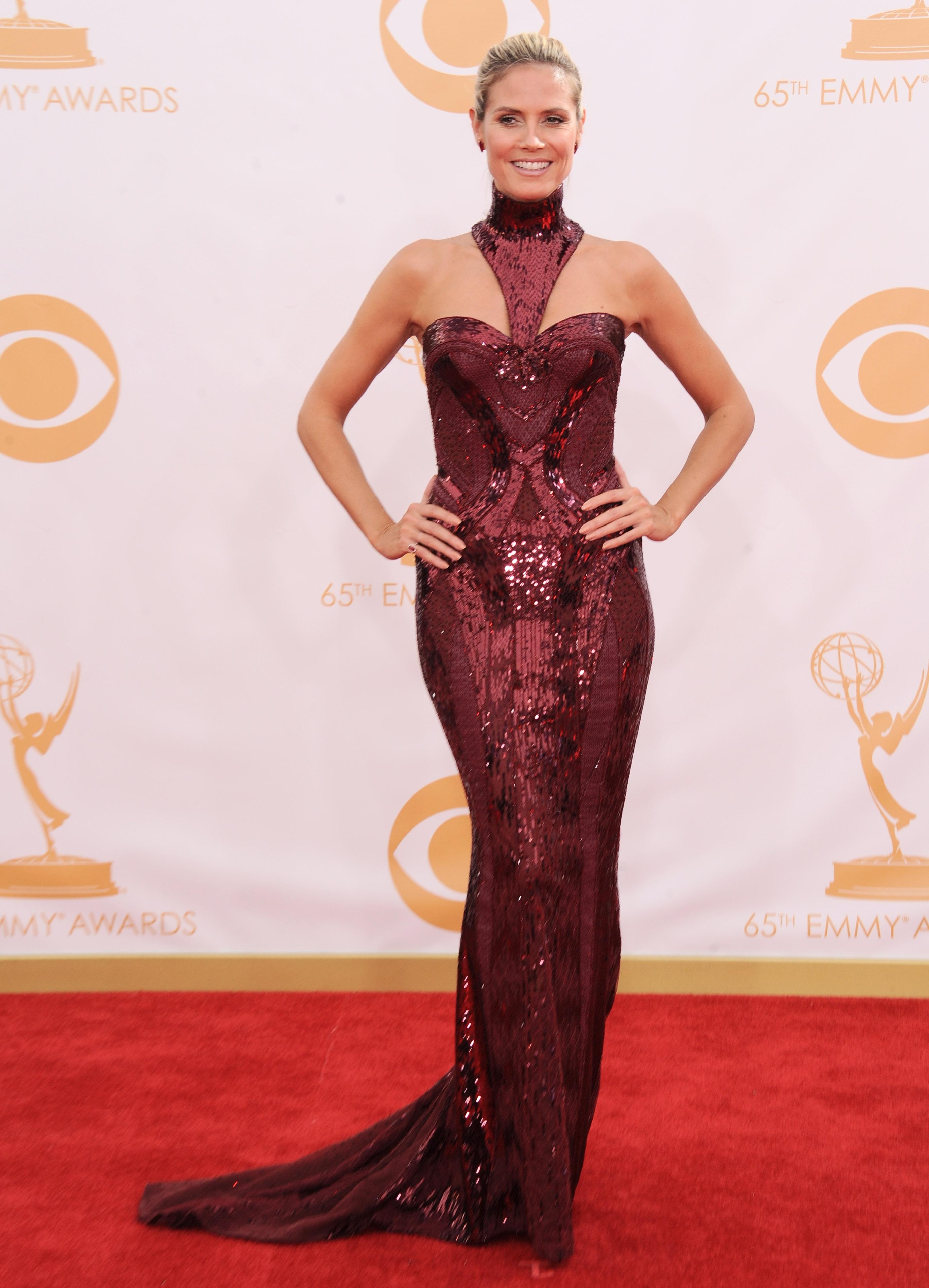 Модель Хайди Клум в струящемся платье от Atelier Versace