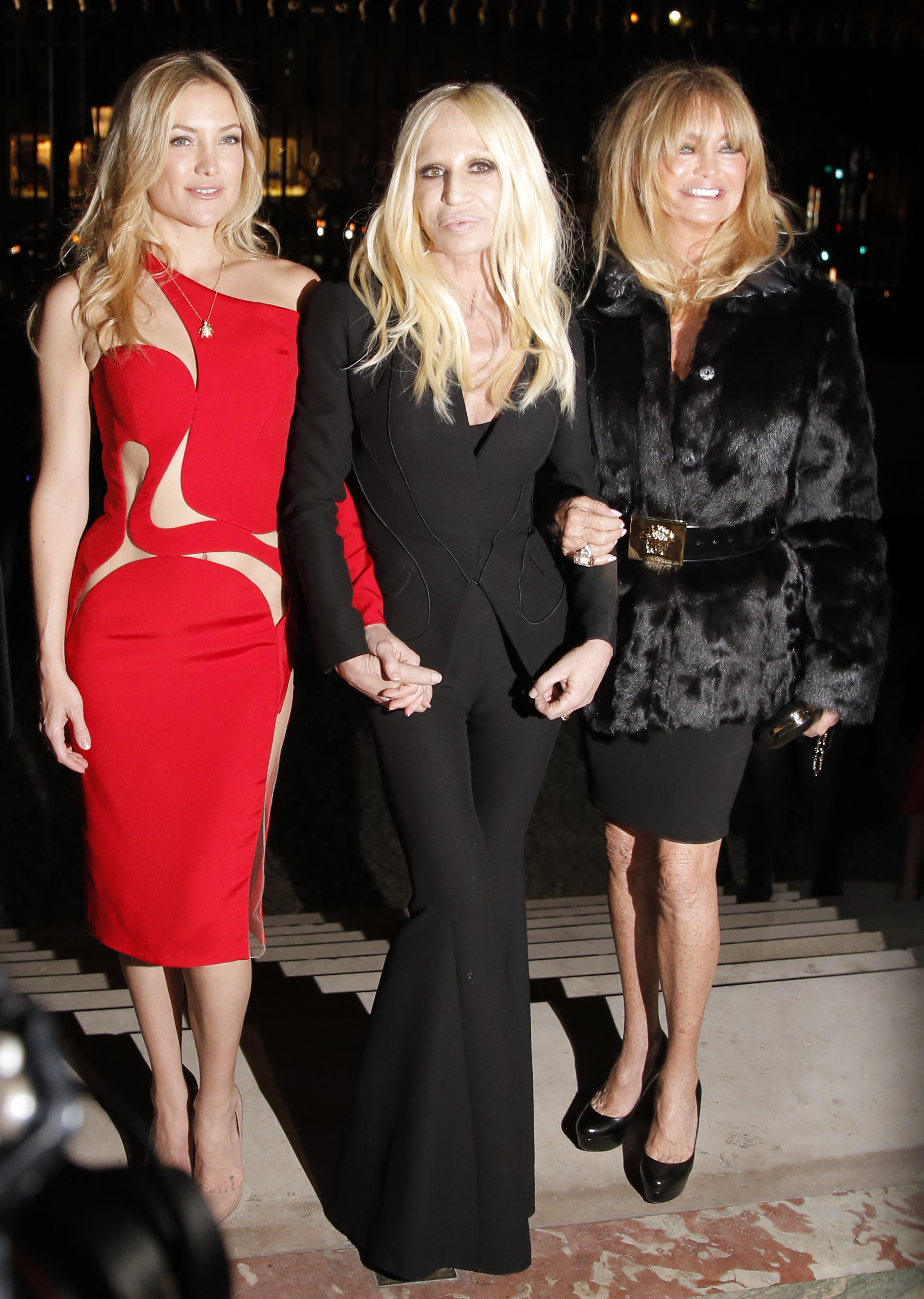 Кейт Хадсон (слева) с дизайнером Донетеллой Версаче (посередине) и актрисой Голди Хоун