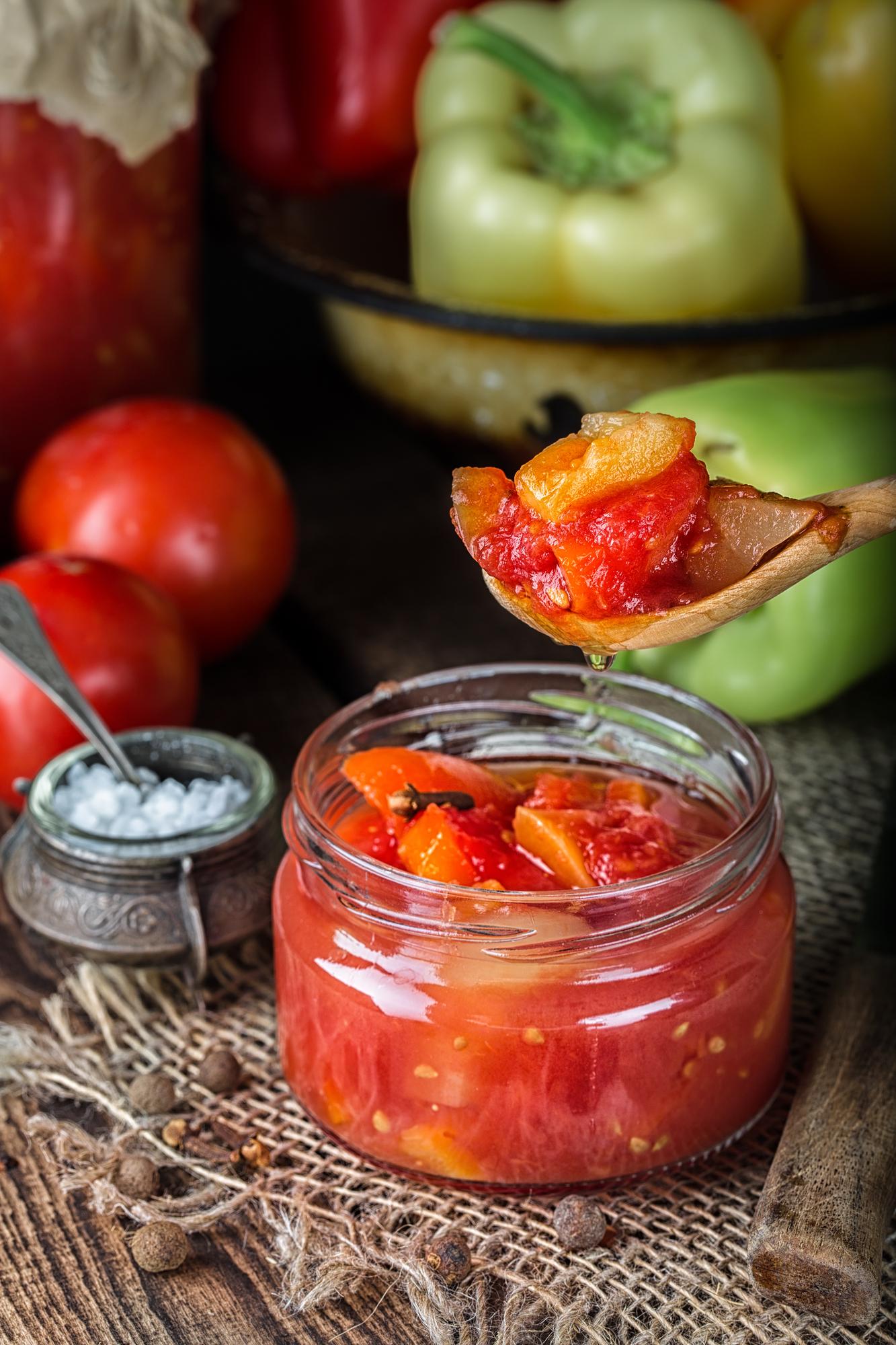 Актуальный рецепт пикантных помидоров на зиму