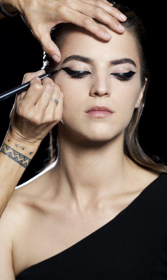 Колхозный запах: ошибка в макияже - стрелки криво и некачественно накрашены