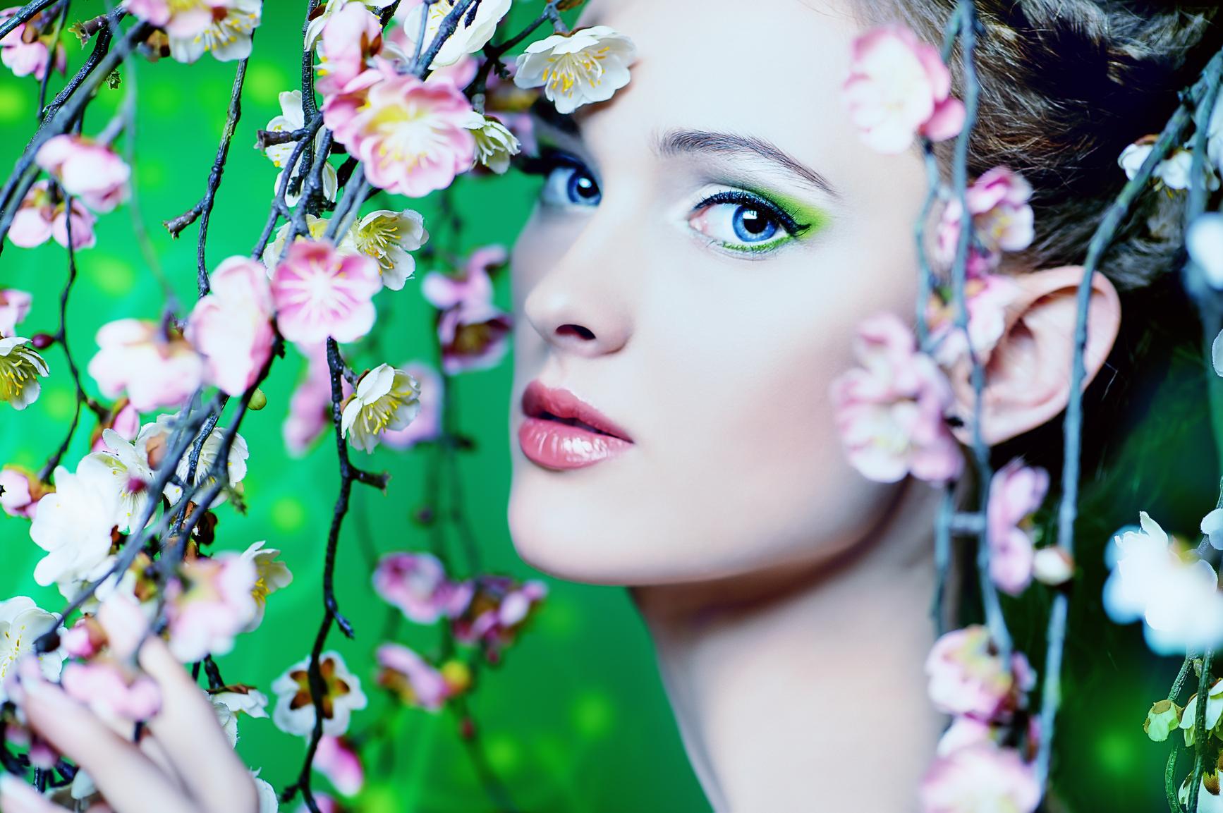 С приходом весны тебе стоит основательно пересмотреть содержимое своей косметички