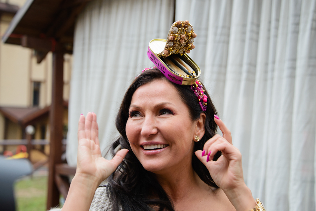 Украинский дизайнер Юлия Айсина поразила странным головным убором