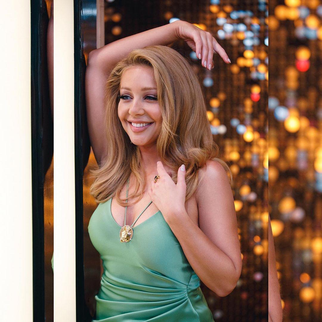 Тина Кароль взбудоражила поклонников фотосессией в откровенном платье