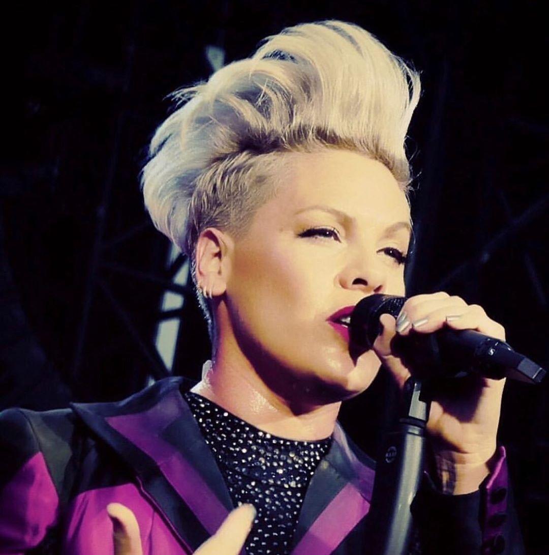 Pink вышла на сцену в необычном наряде от киевского дизайнера