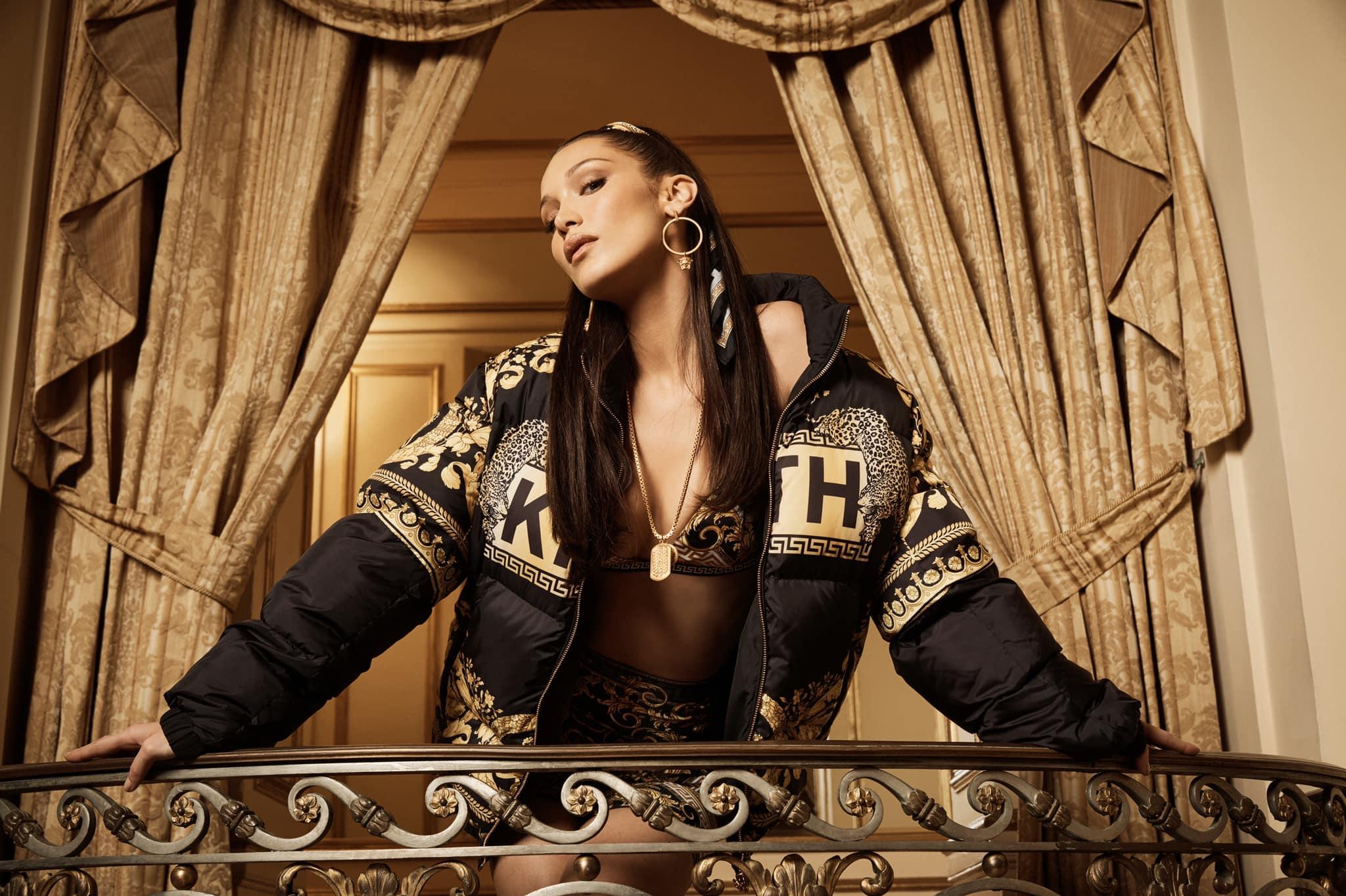 Кожаное белье и летящие халаты: Белла Хадид позировала для рекламы Versace