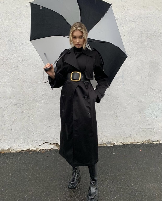 Модель Эльза Хоск показала образ в самых модных сапогах этой зимы.