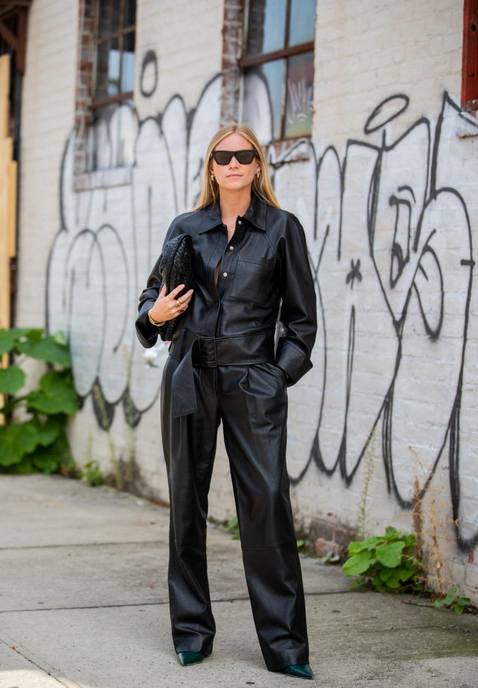 С чем носить кожаные брюки весной 2020