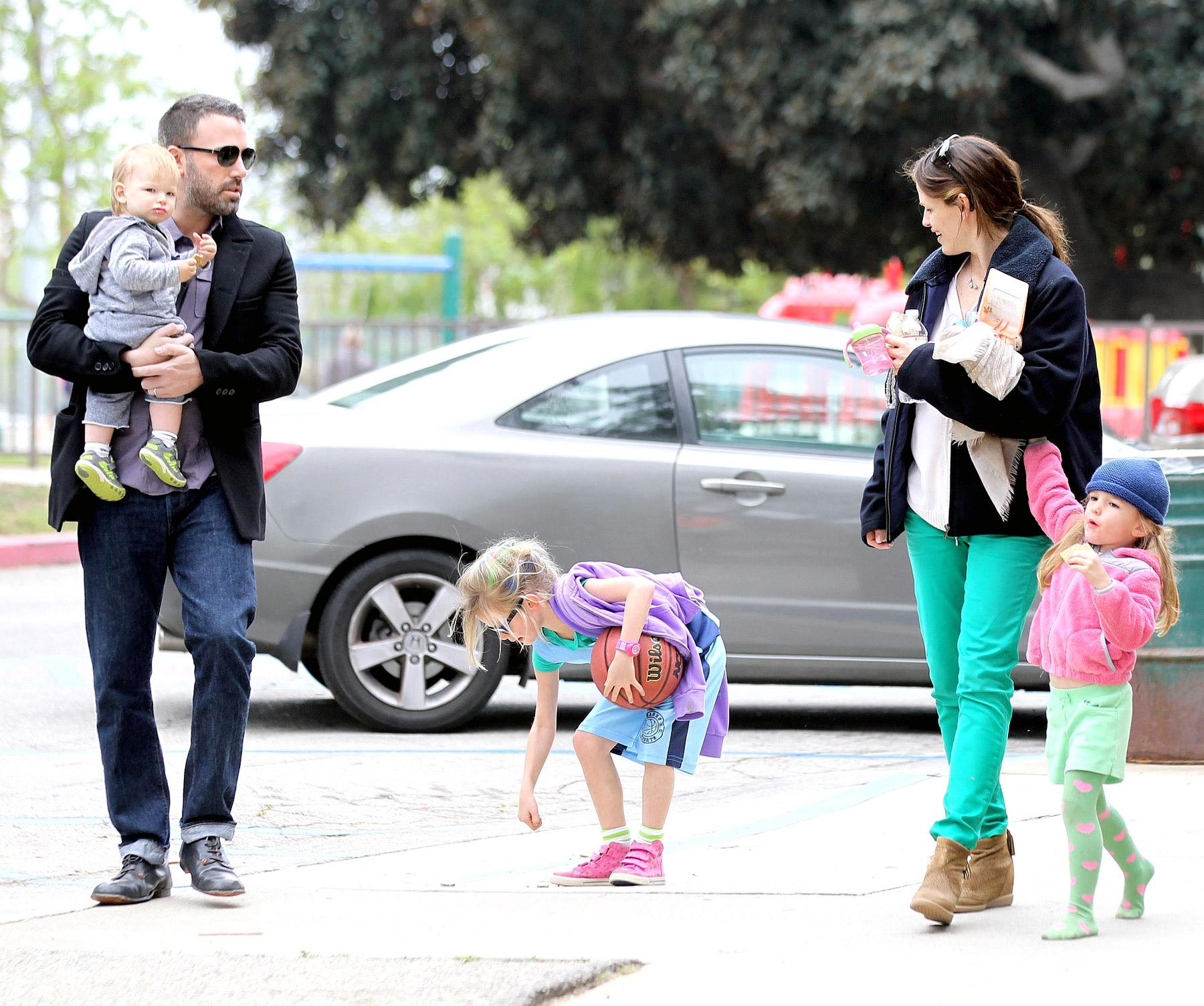 Бен Аффлек и Дженнифер Гарнер со своими тремя детьми