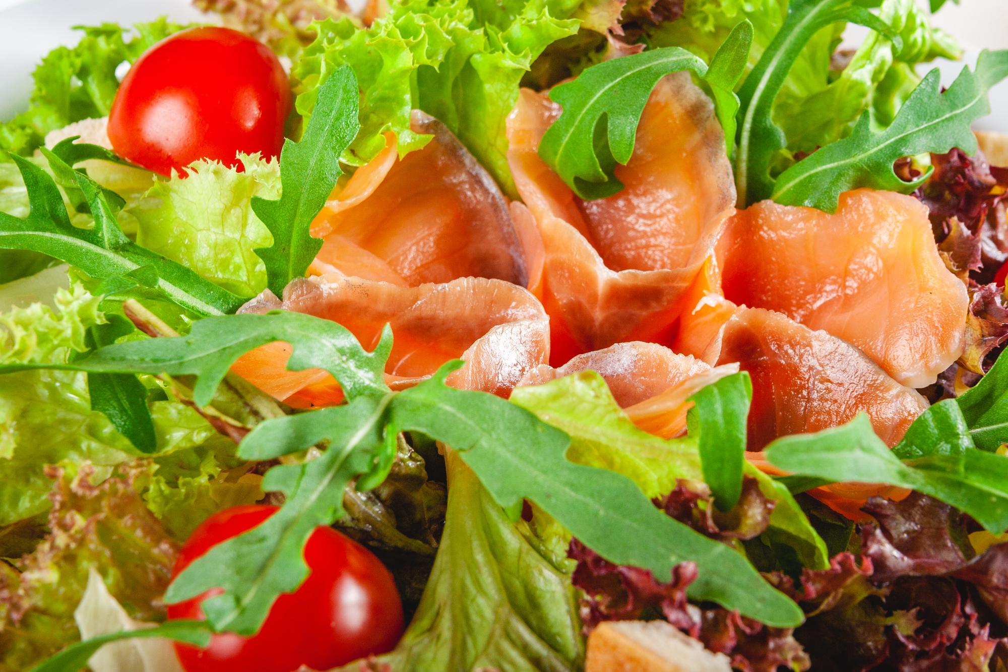 Салат из овощей с морепродуктами и оливками